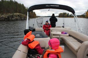 Kalastuslautalla-ryhmän-kanssa